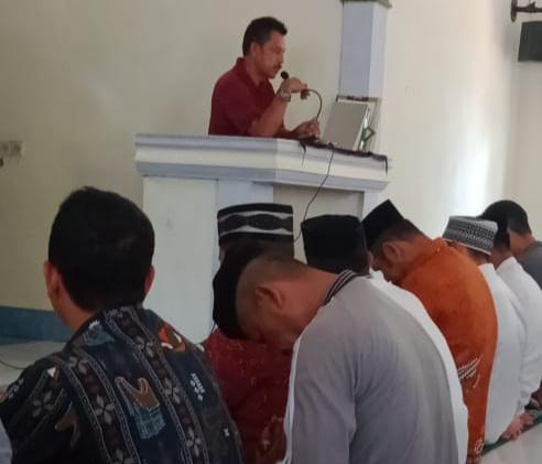 Lurah Mananti Sinjai Drs Andi Ali Imran saat sampaikan pesan pemerintah di hadapan masyarakat, Jumat 25 Oktober 2019 (Foto: Randy/zonatimes.com