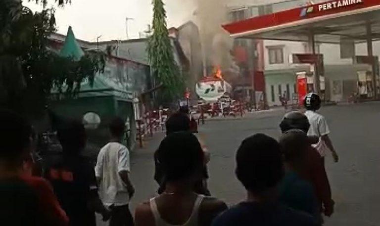 Foto: Mobil Tangki pengisi BBM terbakar di SPBU jalan Masjid Raya Makassar (Foto:Tajuk/zonatimes.com)