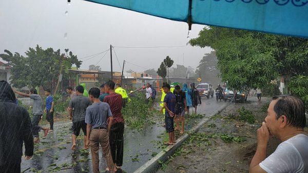 Hujan disertai angin kencang di Takalar (Foto: Jaya/zonatimes.com)