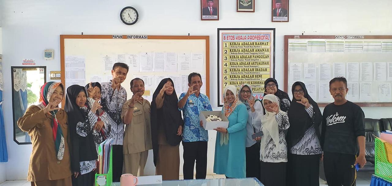 Relawan ANZ Community, Andi Arisah saat menyerahkan Kue Tar kepada Guru di SMPN 3 Watansoppeng (Foto: Rahman/zonatimes.com)