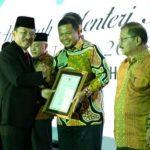 Penyerahan penghargaan oleh Kemenkes Tarawan ke Pemkot Makassar Iqbal Suhaeb.