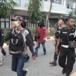 Puluhan massa membawa senjata tajam masuk di kampus Unismuh Makassar cari mahasiswa Palopo (Foto: Screenshot Vi/zonatimes.com)