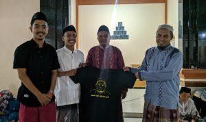 Alumni serahkan baju kaos Gurutta KH Fathuddin BA ke pimpinan pondok pesantren DDI Bantaeng (Foto: Ist)