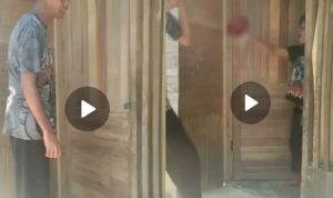 Video pria hendak masuk rumah pake salam Pancasila malah disiram air (Foto: tangkapan layar)