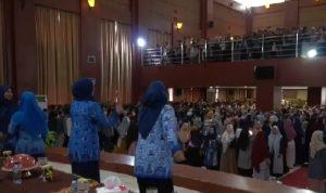 Video hiburan dosen perempuan main TikTok di hadapan ribuan mahasiswa (Foto: Video screenshot)