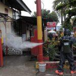 Penyemprotan cairan disinfektan di halaman RS Bhayangkara (Foto:Ist)