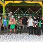 Mahasiswa KKN UINAM dan aparat pemerintah setempat di kecamatan Patampanua Pinrang (Foto: Ihwan)