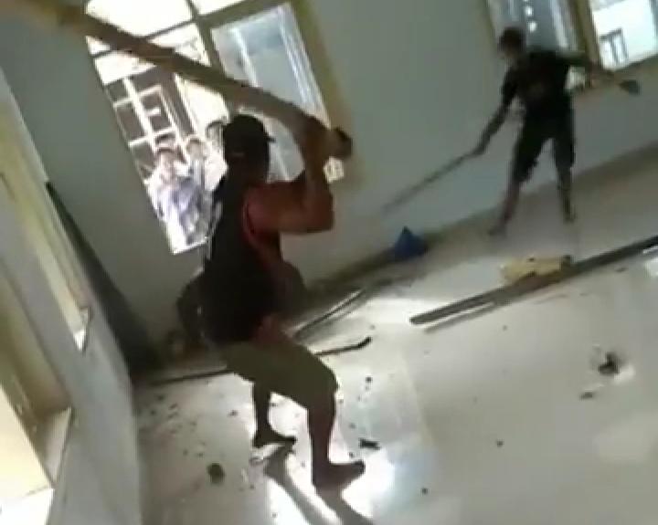 Video aksi pemukulan dan pembunuhan babi di dalam masjid (Foto: Screenshot Facebook)