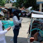 Alumni 2015 SMA 1 Benteng bagi-bagi hand sanitizer gratis ke warga di pasar TPI Selayar (Foto: Ist)