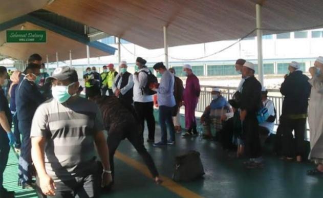 Peserta Ijtima tiba yang dicekal oleh polisi Malaysia di perairan Sabah (Foto: Free Malaysia Today)