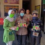 Fatayat NU kecamatan Bontoala Makassar bagikan masker di Polsek Bontoala