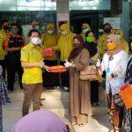 Penasehat KPP Sulsel, Andi Nurhidayati Zainuddin bersama Ketua DPRD Sulsel, Andi Ina Kartika Sari saat memberikan bantuan suplemen makanan dan vitamin ke tenaga medis di RS Labuang Baji Makassar, Selasa (21/4/2020)