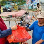 Ketua PDI Perjuangan kota Makassar Suhada Sappaile berbagi sembako kepada tukang becak