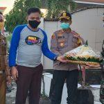 Kapolres Takalar Budi Wahyono bawakan nasi tumpeng petugas posko keamanan dan penagangan Covid-19 (Foto: Ist)