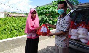 Ketua Jurusan MPI UIN Alauddin Makassar bagikan sembako kepada mahasiswa yang tidak mudik (Foto:Ist)