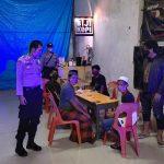 Polsek Pattallassang Takalar patroli di warkop bubarkan warga yang nongkrong (Foto:Ist)
