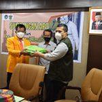Rektor UNM, Prof Husain Syam penyerahan APD ke Satgas Covid-19 Unhas dok. Suryawirayan. (Foto: Humas)
