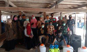 Kepala Desa Bontolebang Bersama Jajarannya Melakukan Penyemprotan Disinfektan Dirumah Warga