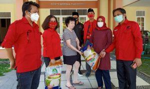 Fraksi PDI Perjuangan serahkan bantuan kepada pengasuh panti Jompo Jumat (8/5/2020) Ist