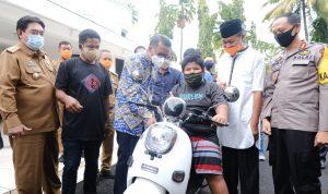 Gubernur Sulsel Nurdin Abdullah hadiahi beasiswa dan motor Rizal korban bully