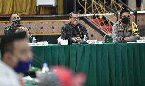Gubernur Sulsel Nurdin Abdullah (tengah)