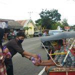 IKA SUPM berbagi sembako kepada tukang penarik bejak yang ada di pinggiran kota Watampone (Foto:Ist)
