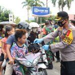 Kapolres Takalar AKBP Budi Wahyono bagi takjil kepada pengendara di jalan Jenderal Sudirman Takalar, Selasa (05/05/2020)