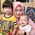Anak dan mantan istri dokter Tirta (Foto: Instagram dr.tirta)