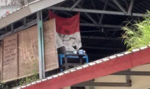 Gambar palu arit di kain berwarna merah putih yang mirip bendera merah putih Indonesia
