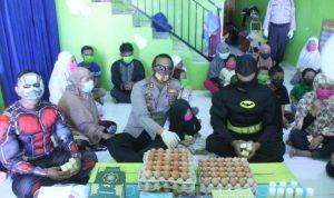 Kapolres Gowa saat kunjungan di panti asuhan Nur Hikmah didampingi Polwan, Iron Man dan Batman (Foto:Ist)