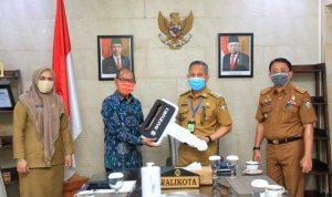 Serah terima bantuan motor Pj wali kota dengan Fredrick Tulaseket, yang disaksikan Kadis Perindag kota Makassar A. Muh Yasir serta Kabag Perekonomian dan Kerjasama Pemkot Makassar A. Zubaidah Hafid,