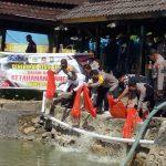 Kapolres Takalar, Sulawesi Selatan (Sulsel) AKBP Budi Wahyono tabur ikan Nila bersama jajarannya (Foto:Ist)