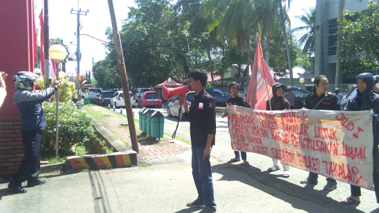 Puluhan mahasiswa dan pemuda berunjukrasa di depan Kantor Polres Takalar, Senin (22/6/2020)
