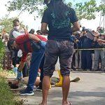 Identifikasi mayat pria yang bersimpah darah tergeletak di tepi jalan, Jalan Poros Macanda Kelurahan Mawang, Kecamatan Somba Opu, Senin (29/6/2020).