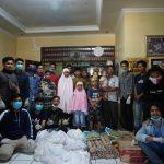 Pemuda BTP Blok M berbagi paket sembako kepada anak panti asuhan (Foto Suci Indah Sari/zonatimes.com)