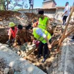 Kepala Kantor Wilayah Kementerian Agama Sulawesi Selatan H. Anwar Abubakar didampingi Kepala Kantor Kemenag Kabupaten Maros meletakkan batu pertama pembangunan gedung balai nikah dan manasik haji KUA Kecamatan Bantimurung, Senin (3/8/2020).