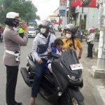 Ops Patuh 2020 Satlantas Polres Gowa memberi teguran kepada pelanggar lalu lintas dengan 3S (Senyum sapa dan salam, Selasa (04/08/2020).