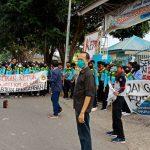Siswa SMKN 1 Takalar berunjukrasa di depan sekolahnya, Kamis (6/8/2020)