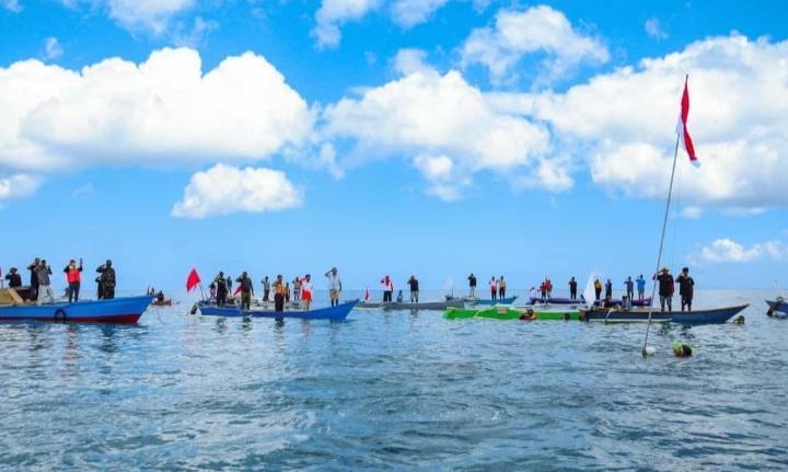 Semangat peringatan puncak hari ulang tahun kemerdekaan Republik Indonesia yang ke 75 menggema dari arah bawah laut, perairan Desa Laiyolo, Kecamatan Bontosikuyu, Kabupaten Kepulauan Selayar, Sulawesi-Selatan.