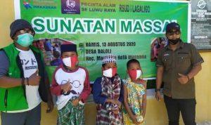 Tim Relawan Kesehatan Makassar bersama Laskar Sedekah dan Posko Pencinta Alam se- Luwu Raya menggelar sunatan massal gratis bagi korban banjir bandang dan warga di Desa Baloli, Kecamatan Masamba, Luwu Utara, Sulawesi Selatan (Sulsel).