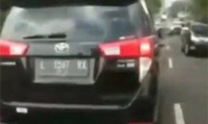 Mobil Innova halangi laju Ambulans bawa korban kecelakaan (foto: instagram/@fakta.indo)