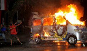 Pendemo rusuh tolak UU Ciptaker di kota Makasar bakar mobil Ambulans Partai Nasdem (viva/antara)